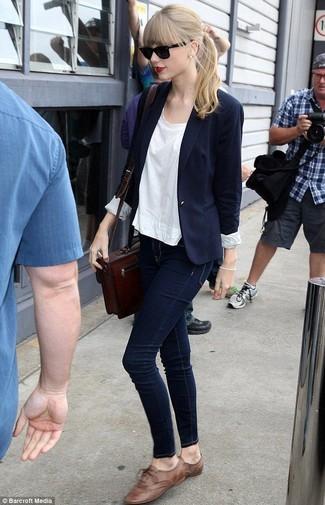Comment porter: blazer bleu marine, t-shirt à col rond blanc, jean skinny bleu marine, chaussures richelieu en cuir marron