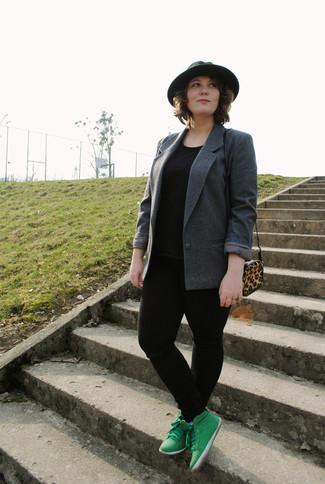 Comment porter: blazer gris foncé, t-shirt à col rond noir, jean skinny noir, baskets montantes vertes
