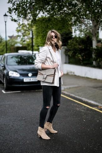 Comment porter: blazer beige, t-shirt à col rond blanc, jean skinny déchiré noir, bottines en daim beiges