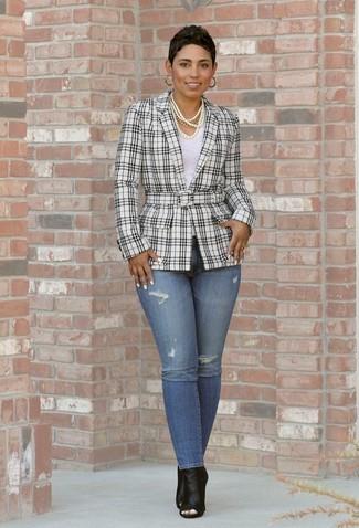 Comment porter: blazer écossais blanc et noir, t-shirt à col rond blanc, jean skinny bleu, bottines en cuir découpées noires