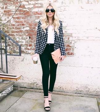 Comment porter: blazer à carreaux blanc et noir, t-shirt à col rond blanc, jean skinny noir, sandales à talons en daim noires