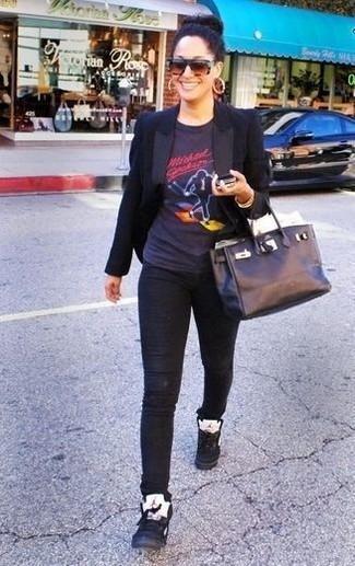 Comment porter: blazer noir, t-shirt à col rond imprimé noir, jean skinny noir, baskets montantes en cuir noires