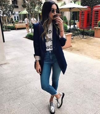 Comment porter un blazer bleu marine: Essaie d'harmoniser un blazer bleu marine avec un jean skinny bleu pour achever un look chic. Jouez la carte décontractée pour les chaussures et termine ce look avec une paire de des chaussures derby en cuir argentées.