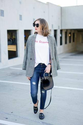 Comment porter: blazer écossais gris, t-shirt à col rond imprimé blanc, jean skinny déchiré bleu, slippers en cuir noirs