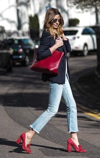 Comment porter: blazer noir, t-shirt à col rond blanc, jean skinny bleu clair, escarpins en daim rouges