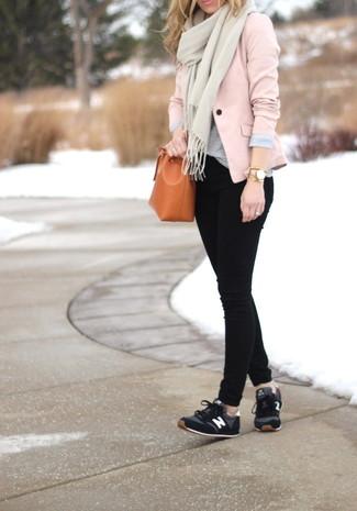 Comment porter: blazer rose, t-shirt à col rond gris, jean skinny noir, chaussures de sport noires