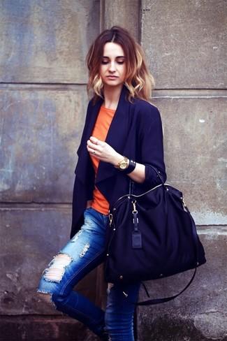 Comment porter: blazer bleu marine, t-shirt à col rond orange, jean skinny déchiré bleu, sac fourre-tout en toile noir