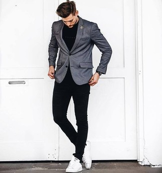 Comment porter: blazer gris, t-shirt à col rond noir, jean skinny noir, baskets basses en cuir blanches