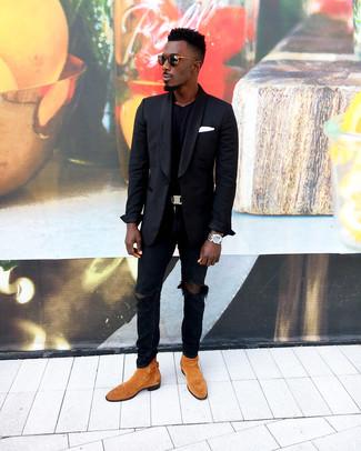 Comment porter: blazer noir, t-shirt à col rond noir, jean skinny déchiré noir, bottines chelsea en daim tabac
