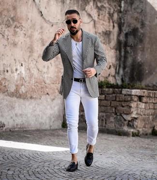 Comment porter: blazer en vichy noir et blanc, t-shirt à col rond blanc, jean skinny blanc, mocassins à pampilles en cuir noirs