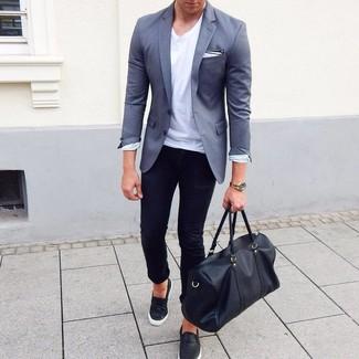 Comment porter: blazer gris, t-shirt à col rond blanc, jean skinny noir, baskets à enfiler en cuir noires