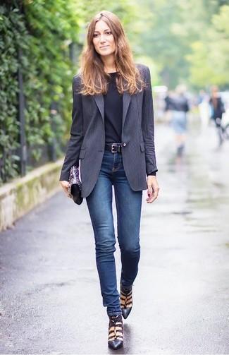 Associer un blazer à rayures verticales gris foncé avec une pochette en cuir ornée noire est une option confortable pour faire des courses en ville. Apportez une touche d'élégance à votre tenue avec une paire de des escarpins en cuir noirs.