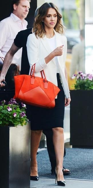 Tenue de Jessica Alba: Blazer blanc, T-shirt à col rond blanc, Jupe crayon noire, Escarpins en cuir noirs