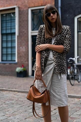 Comment porter: blazer imprimé léopard beige, t-shirt à col rond gris, jupe crayon grise, sac bandoulière en cuir tabac