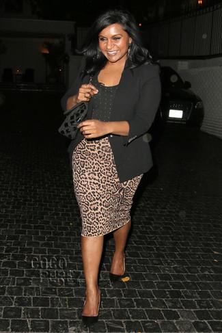 Comment porter: blazer noir, t-shirt à col rond á pois noir, jupe crayon imprimée léopard marron clair, escarpins en daim noirs