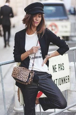 Comment porter: blazer noir, t-shirt à col rond imprimé blanc, jupe-culotte noire, sac bandoulière en poils de veau imprimé léopard noir et marron clair