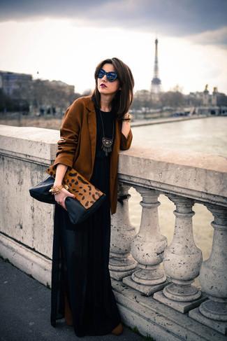Comment porter: blazer tabac, t-shirt à col rond noir, jupe longue plissée noire, bottines en daim marron