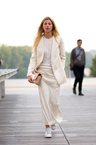Comment porter: blazer en laine beige, t-shirt à col rond blanc, jupe mi-longue beige, baskets basses blanches