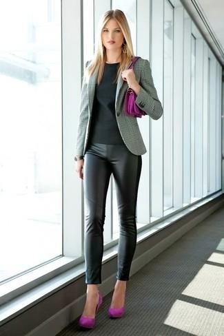 Comment porter: blazer écossais gris, t-shirt à col rond noir, leggings en cuir noirs, escarpins en daim pourpres
