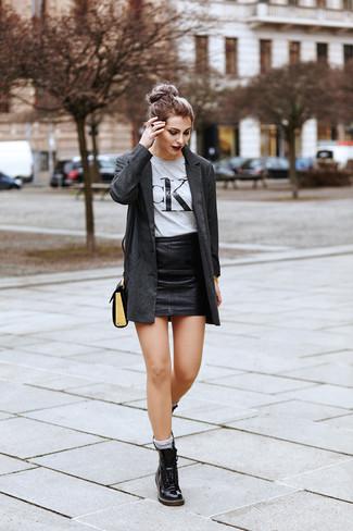 Comment porter: blazer gris foncé, t-shirt à col rond imprimé gris, minijupe en cuir noire, bottines plates à lacets en cuir noires