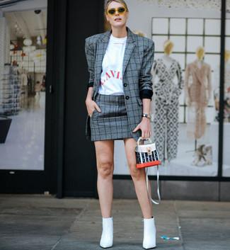 Comment porter: blazer écossais gris, t-shirt à col rond imprimé blanc et rouge, minijupe écossaise grise, bottines en cuir blanches