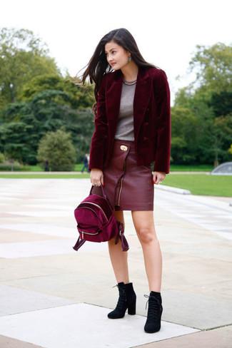 Comment porter: blazer en velours bordeaux, t-shirt à col rond gris, minijupe en cuir rouge, bottines à lacets en daim noires