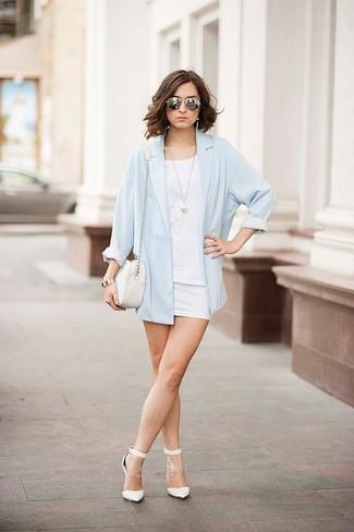 Comment porter: blazer bleu clair, t-shirt à col rond blanc, minijupe blanche, escarpins en cuir blancs