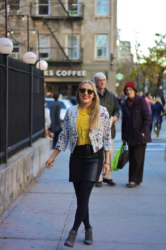 Comment porter: blazer à fleurs blanc et bleu, t-shirt à col rond découpé jaune, minijupe en cuir noire, bottines à lacets en daim gris foncé