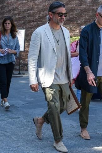 Comment porter un pantalon cargo olive: Pense à porter un blazer en lin gris et un pantalon cargo olive pour une tenue idéale le week-end. Une paire de des slippers en daim gris ajoutera de l'élégance à un look simple.