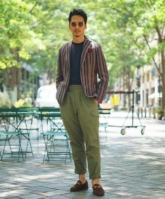 Comment porter une pochette de costume imprimée marron: Pour une tenue aussi confortable que ton canapé, marie un blazer à rayures verticales rose avec une pochette de costume imprimée marron. Une paire de des slippers en daim marron rendra élégant même le plus décontracté des looks.