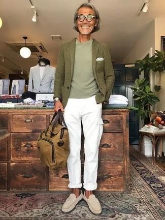 Comment porter une serviette en toile marron clair: Harmonise un blazer en laine olive avec une serviette en toile marron clair pour une tenue idéale le week-end. D'une humeur audacieuse? Complète ta tenue avec une paire de des slippers en daim beiges.