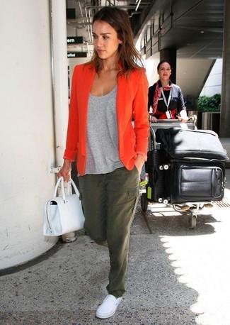 Comment porter: blazer orange, t-shirt à col rond gris, pantalon cargo olive, baskets à enfiler blanches