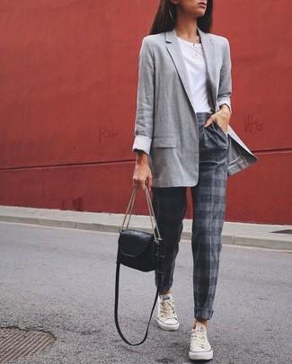 Comment porter: blazer gris, t-shirt à col rond blanc, pantalon carotte à rayures horizontales gris, baskets basses blanches