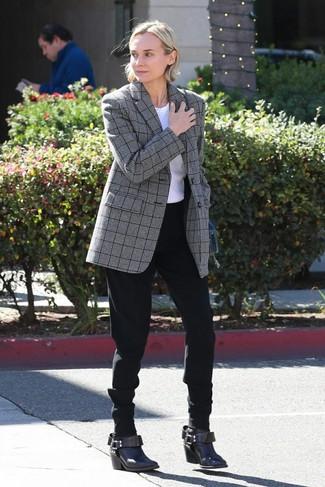 Comment porter: blazer écossais gris, t-shirt à col rond blanc, pantalon carotte noir, bottines en cuir marron foncé