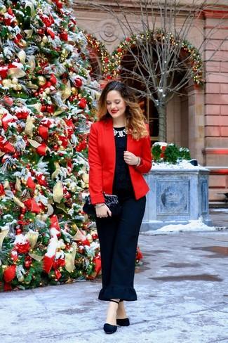 Comment porter: blazer rouge, t-shirt à col rond en dentelle noir, pantalon carotte à volants noir, escarpins en daim noirs