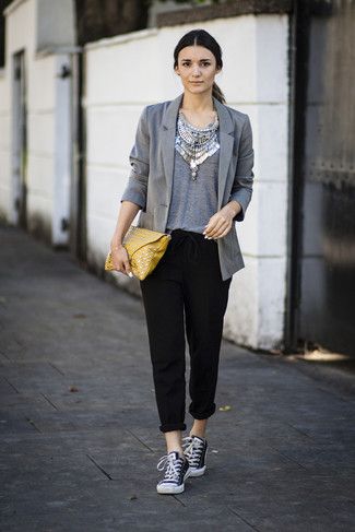 Comment porter: blazer gris, t-shirt à col rond gris, pantalon carotte noir, baskets basses en toile noires et blanches