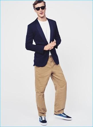 Comment porter: blazer bleu marine, t-shirt à col rond blanc, pantalon chino marron clair, baskets basses bleu marine