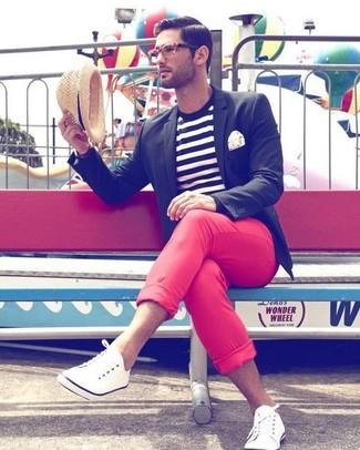 Comment porter: blazer noir, t-shirt à col rond à rayures horizontales blanc et noir, pantalon chino rouge, tennis blancs