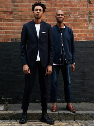 Comment porter: blazer à rayures verticales bleu marine, t-shirt à col rond blanc, pantalon chino noir, bottes de loisirs en cuir noires