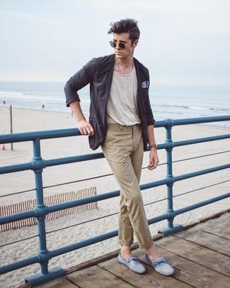 Comment porter: blazer en coton gris foncé, t-shirt à col rond beige, pantalon chino marron clair, mocassins en daim bleu clair