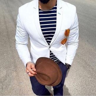 Comment porter: blazer blanc, t-shirt à col rond à rayures horizontales bleu marine et blanc, pantalon chino bleu marine, chapeau en laine marron