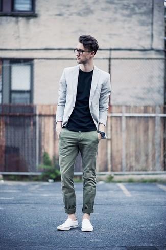 Comment porter: blazer gris, t-shirt à col rond noir, pantalon chino olive, baskets à enfiler en toile blanches