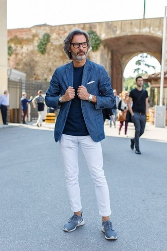 Comment porter: blazer en denim bleu, t-shirt à col rond bleu marine, pantalon chino blanc, baskets basses bleues