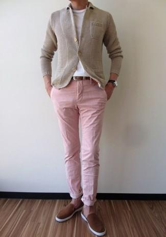 Comment porter: blazer en tricot beige, t-shirt à col rond blanc, pantalon chino rose, baskets à enfiler en daim marron