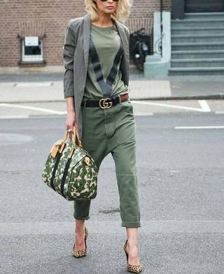 Comment porter: blazer en coton gris, t-shirt à col rond olive, pantalon chino olive, escarpins en daim imprimés léopard marron clair