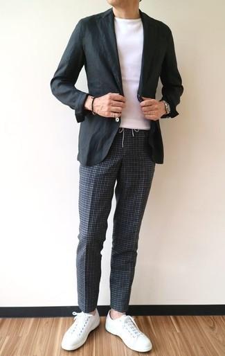 Comment porter: blazer en coton noir, t-shirt à col rond blanc, pantalon chino à carreaux gris foncé, baskets basses en cuir blanches