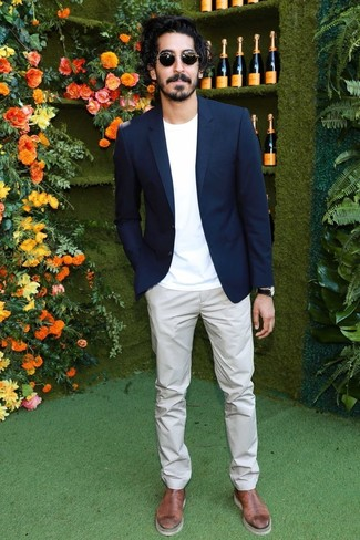 Comment porter: blazer bleu marine, t-shirt à col rond blanc, pantalon chino gris, bottines chelsea en cuir marron
