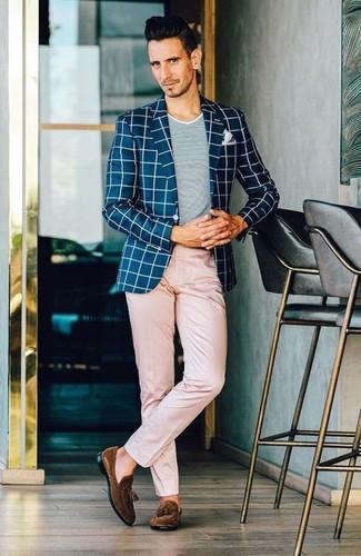 Comment porter: blazer à carreaux bleu marine et blanc, t-shirt à col rond gris, pantalon chino rose, mocassins à pampilles en daim marron foncé