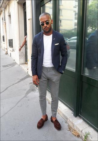 Comment porter: blazer bleu marine, t-shirt à col rond blanc, pantalon chino gris, mocassins à pampilles en cuir marron foncé