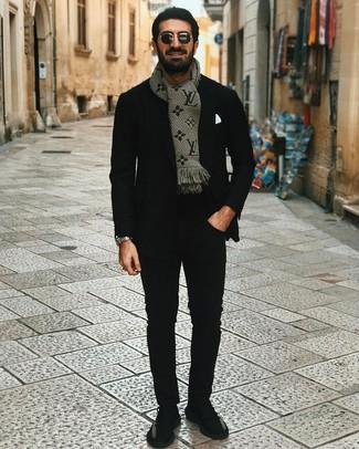 Comment porter: blazer noir, t-shirt à col rond noir, pantalon chino noir, chaussures de sport noires